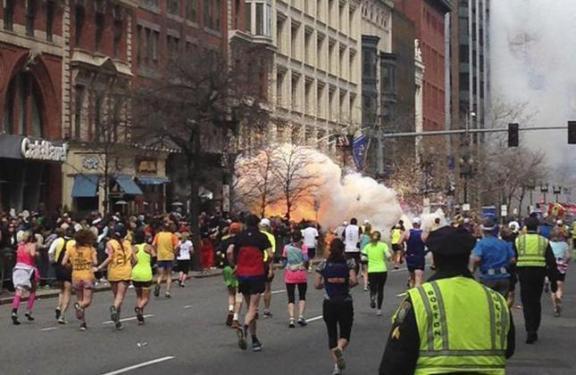 Las explosiones en el maratón de Boston causan al menos tres muertos